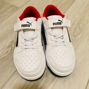 💙 PUMA Boys Size 2 White Sneakers